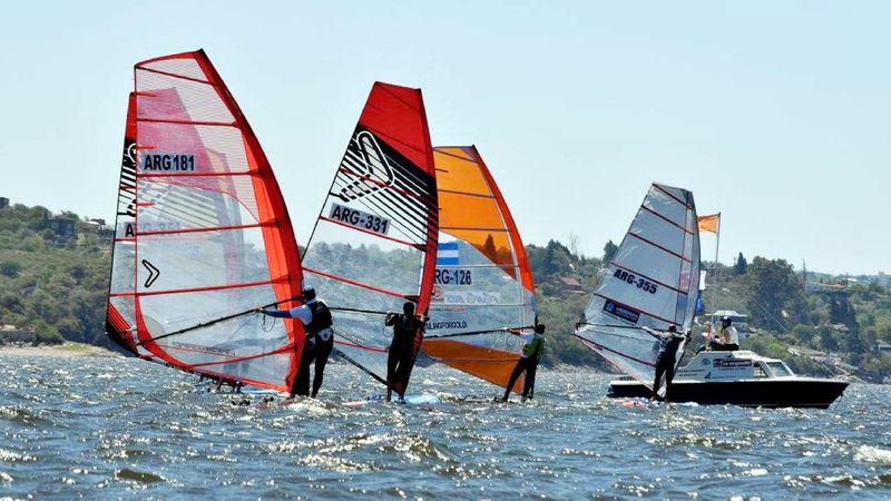 Villa Carlos Paz recibe el 3º Gran Prix Argentino de Windsurf en el Lago San Roque